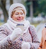 Mujer abrigada en el invierno